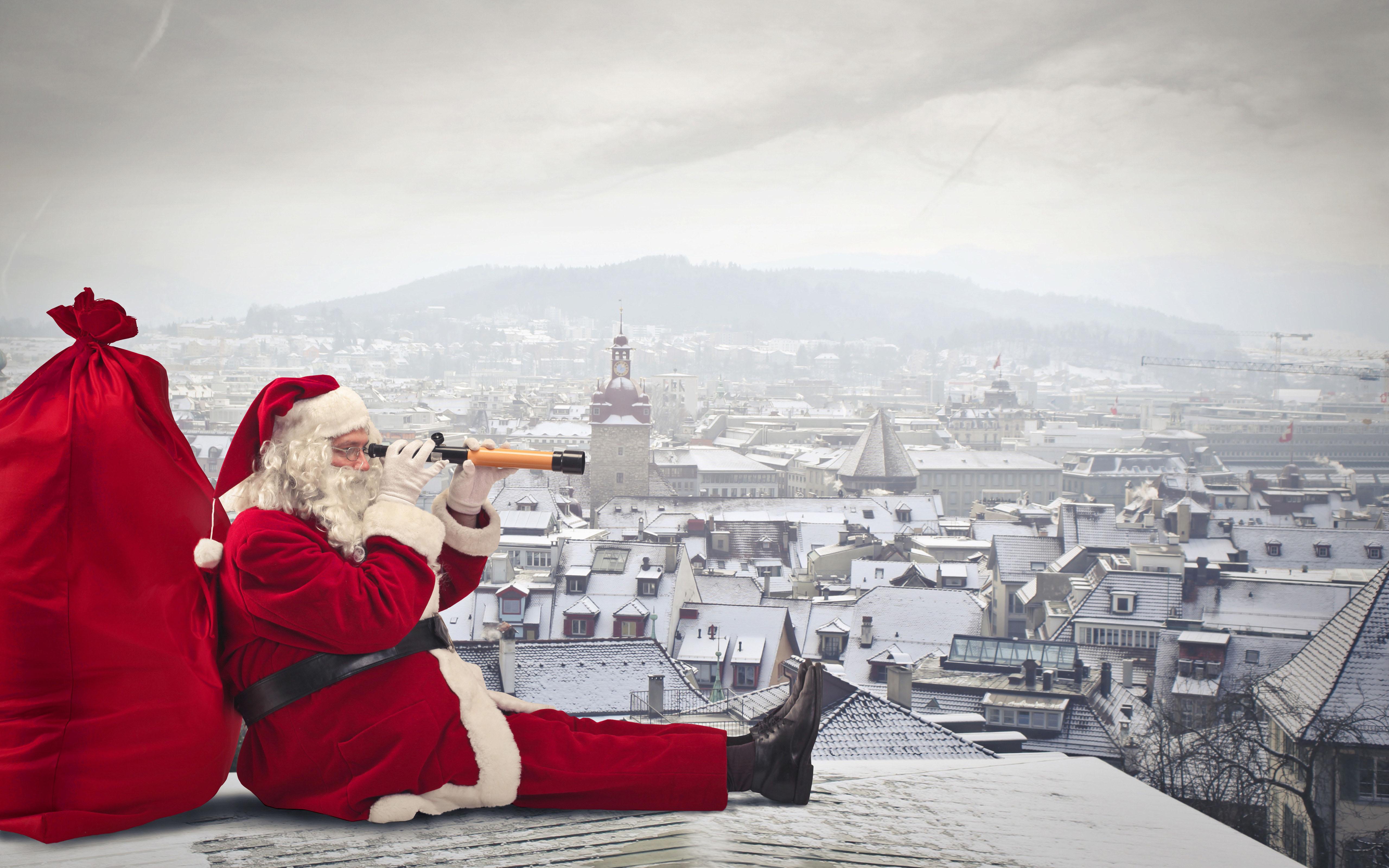 Санта Клаус на крыше дома, новогодние обои на телефон 2020, 5120 на 3200 пикселей