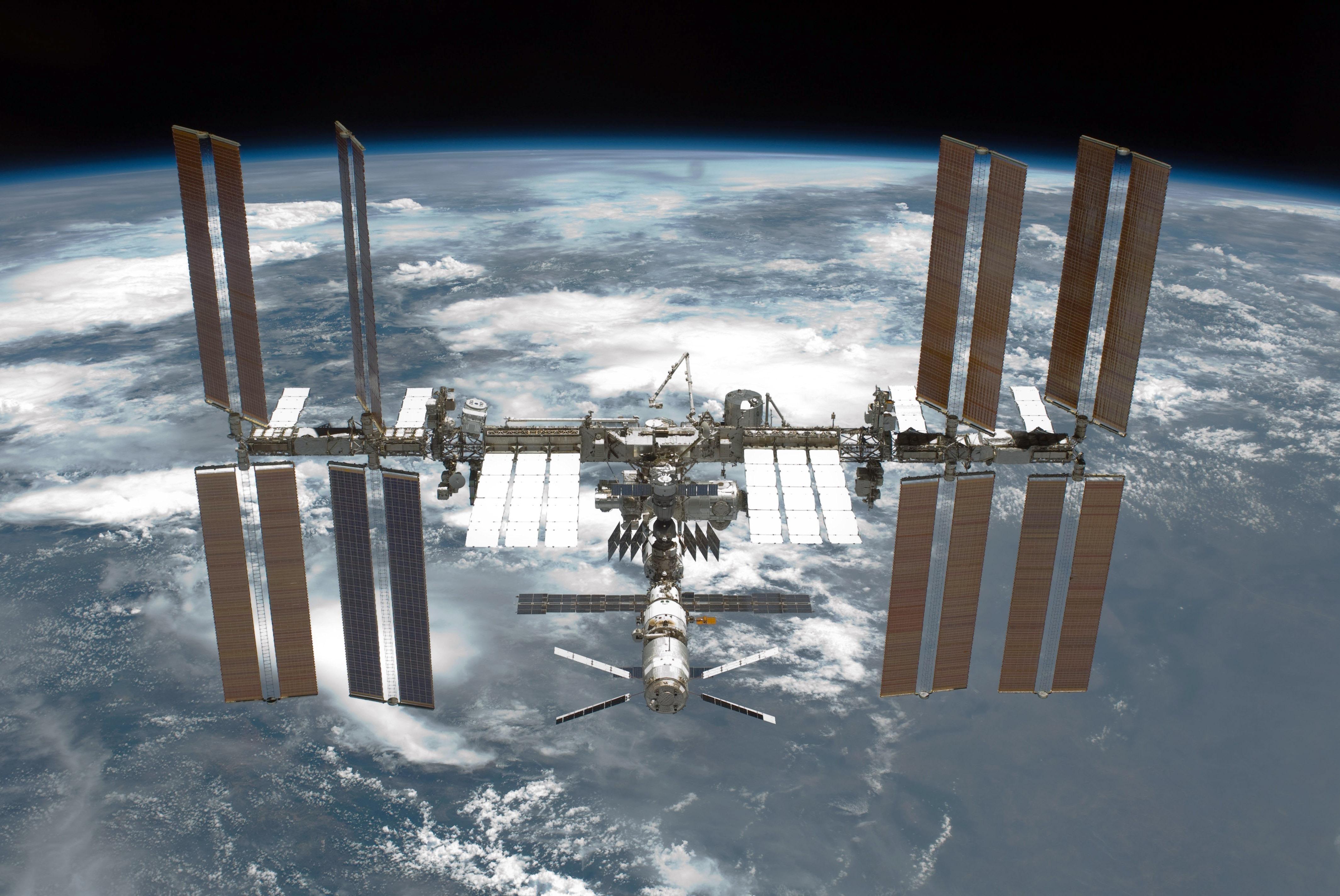 HDoboi.Kiev.ua - Космическая станция, обои для телефона вертикальные космос, планета Земля 4к, спутник