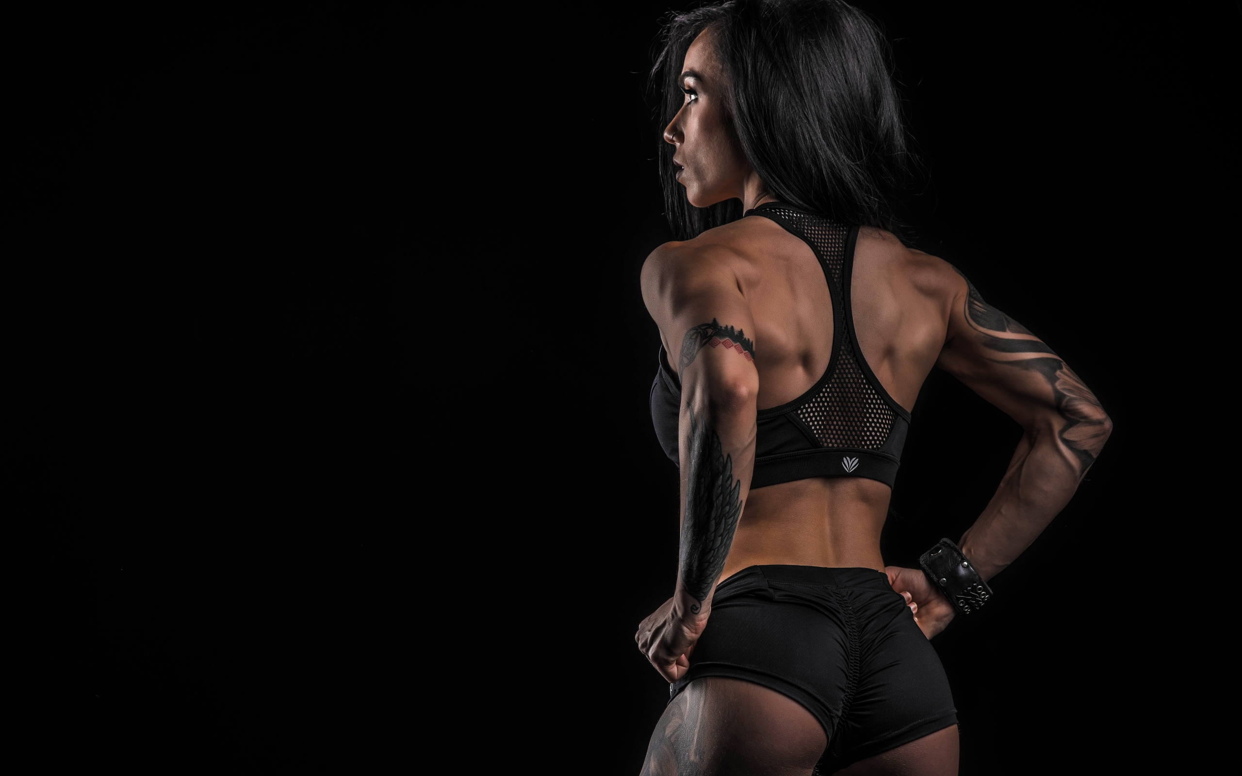 HDoboi.Kiev.ua - Спортивная девушка брюнетка с татуировками, черный фон, фитнес герл