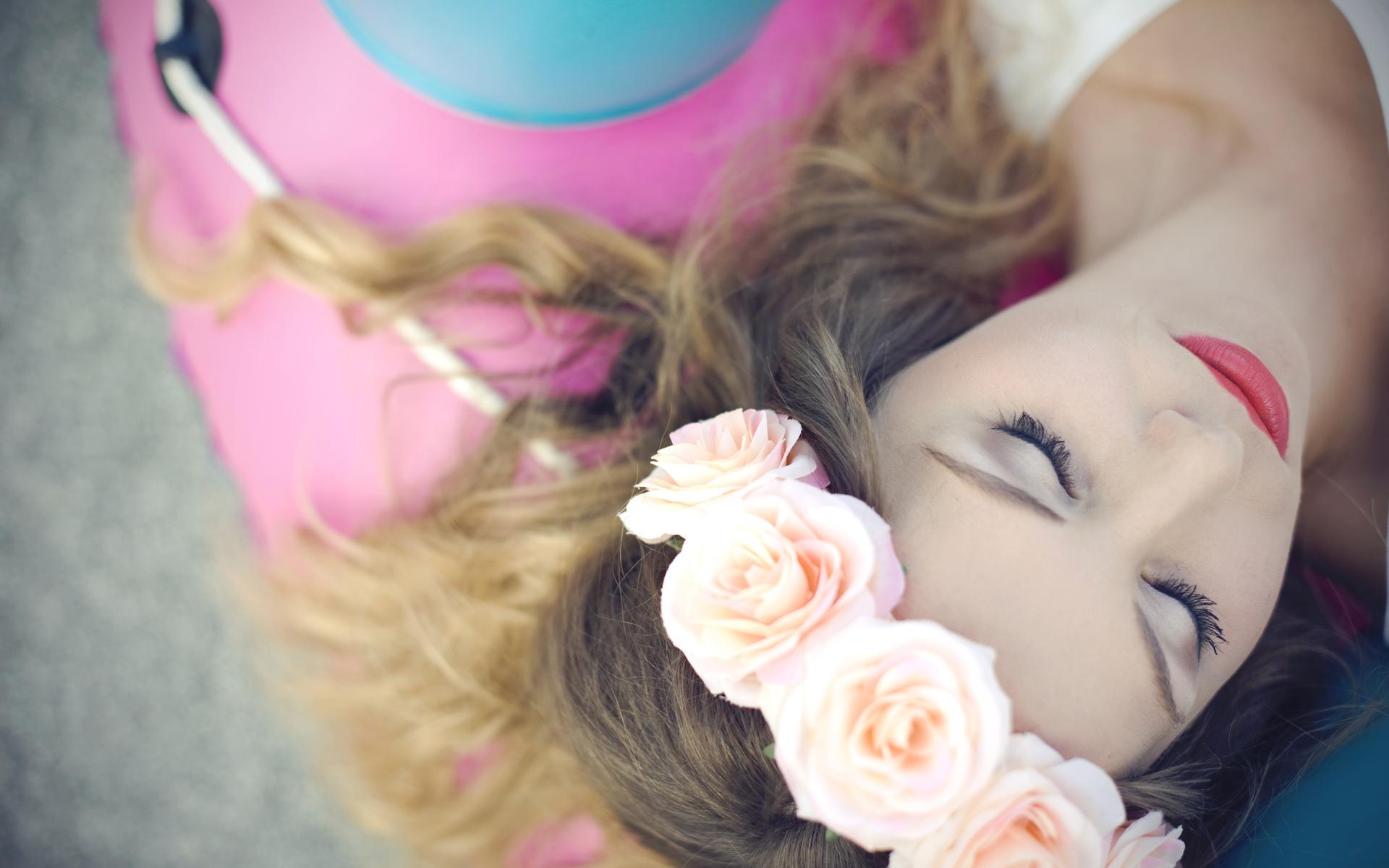 Девушка брюнетка с венком из роз в хорошем настроении, 1920 на 1200 пикселей