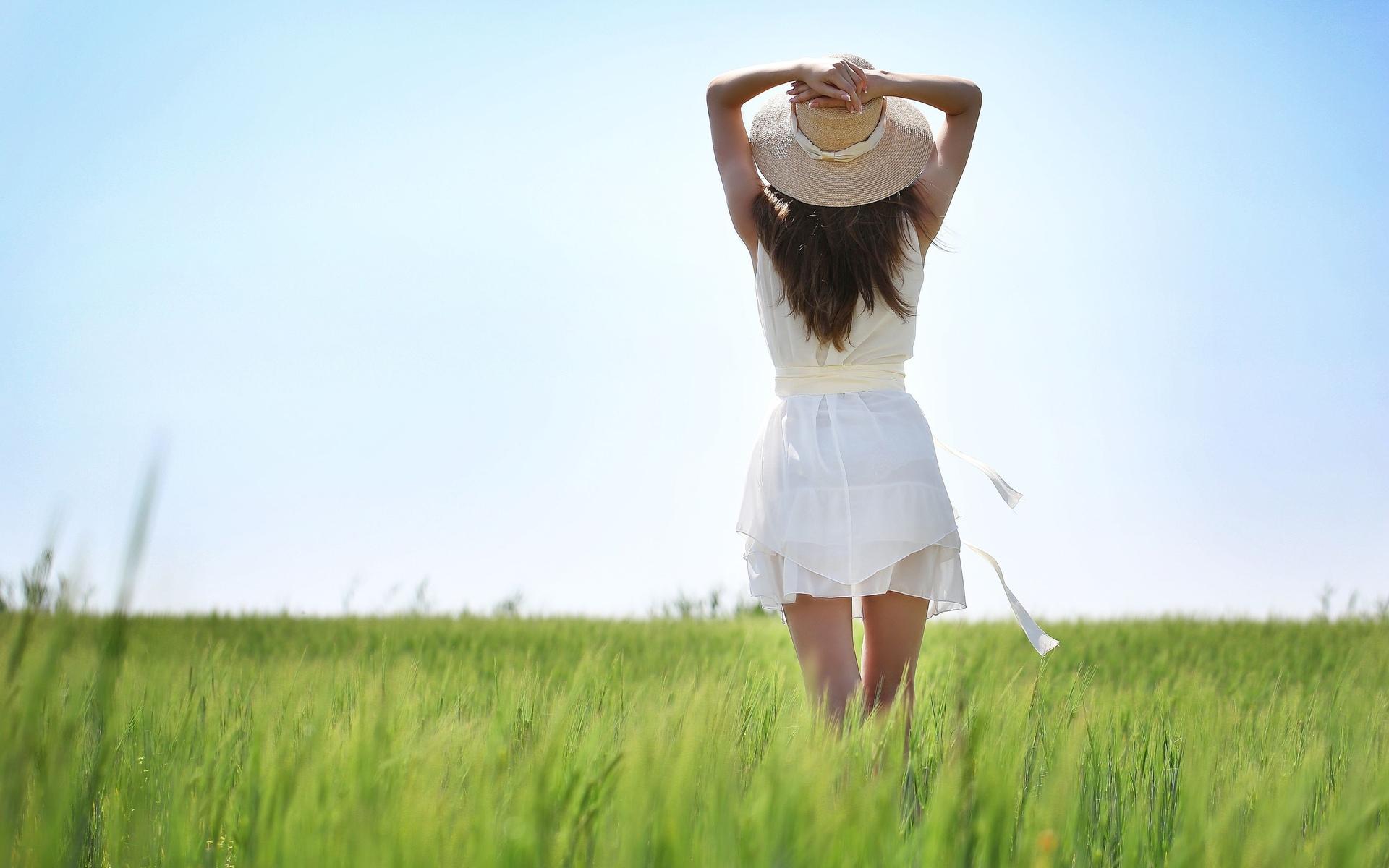 HDoboi.Kiev.ua - Девушка брюнетка в поле одетаяв белоеплатье