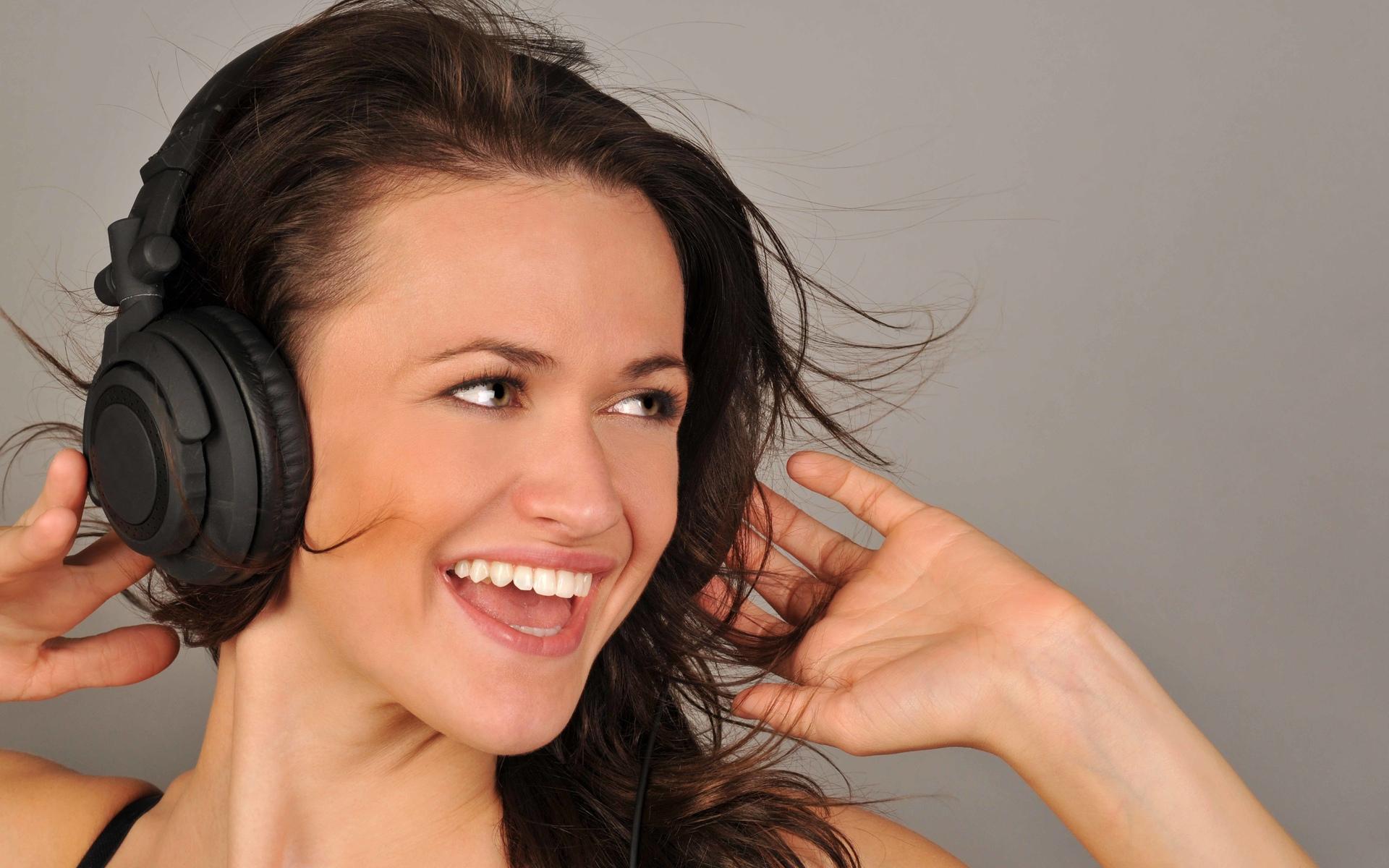 Девушка брюнетка слушает музыку в отличном настроение, 1920 на 1200 пикселей