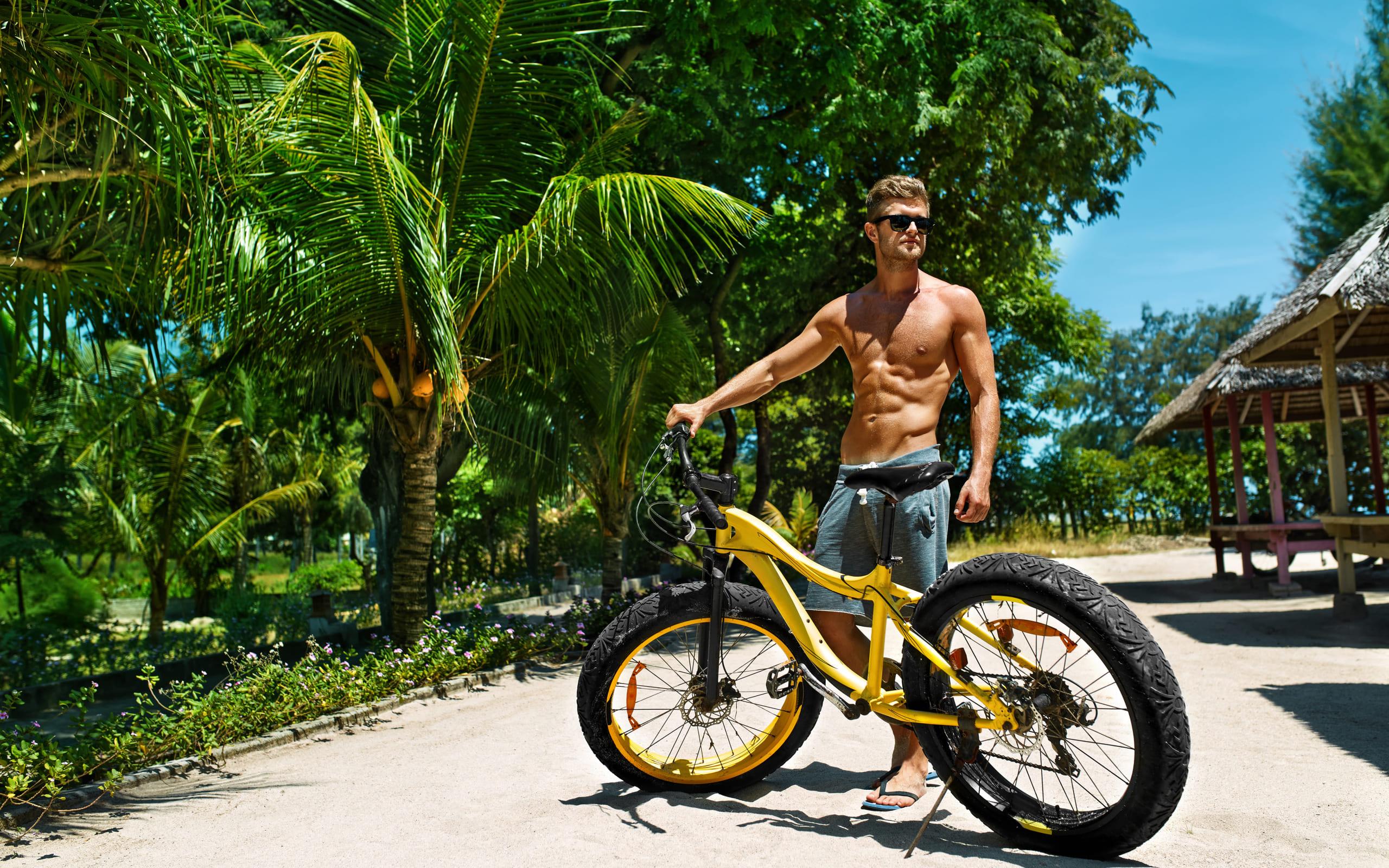 Красивый мужчина в очках с велосипедом, 2560 на 1600 пикселей