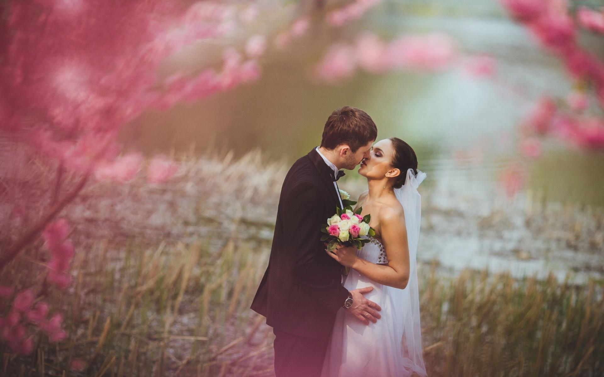 HDoboi.Kiev.ua - Муж и жена целуются на свадьбе, обои поднять настроение