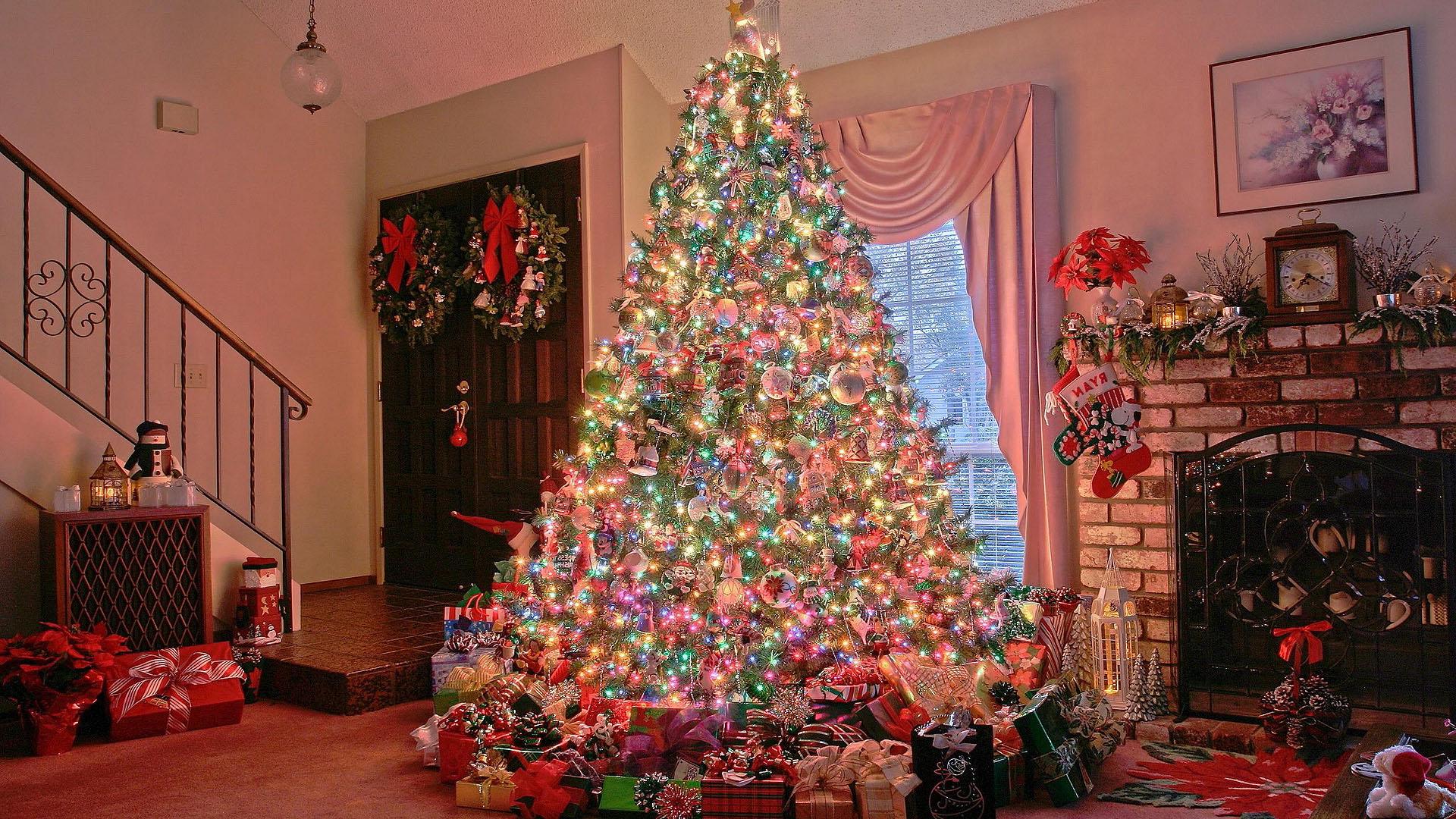 Наряженная Рождественская елка у камина, обои андроид новый год, 1920 на 1080 пикселей