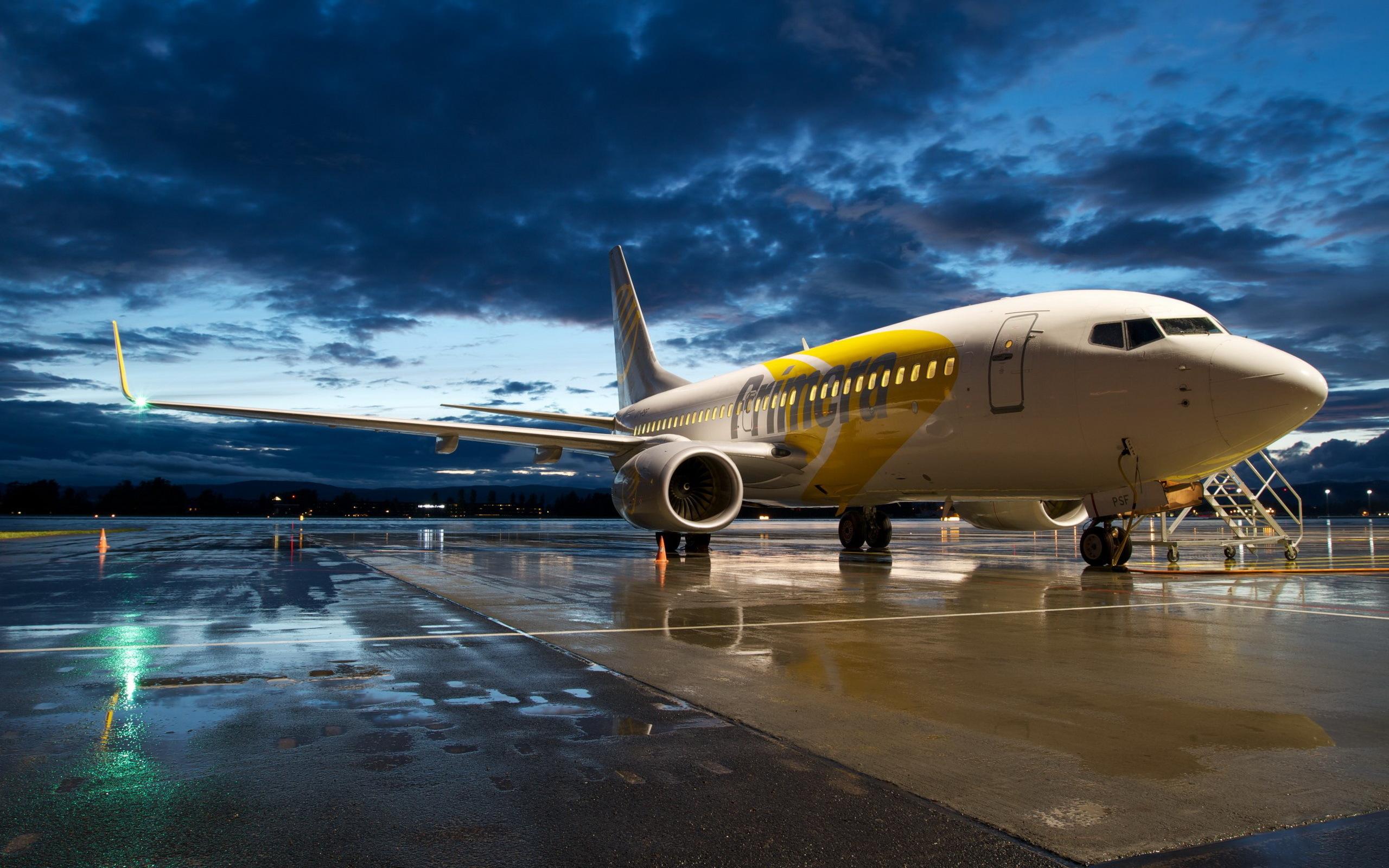 Самолет Боинг 737 припаркованный в аэропорту, гражданская авиация, 2560 на 1600 пикселей