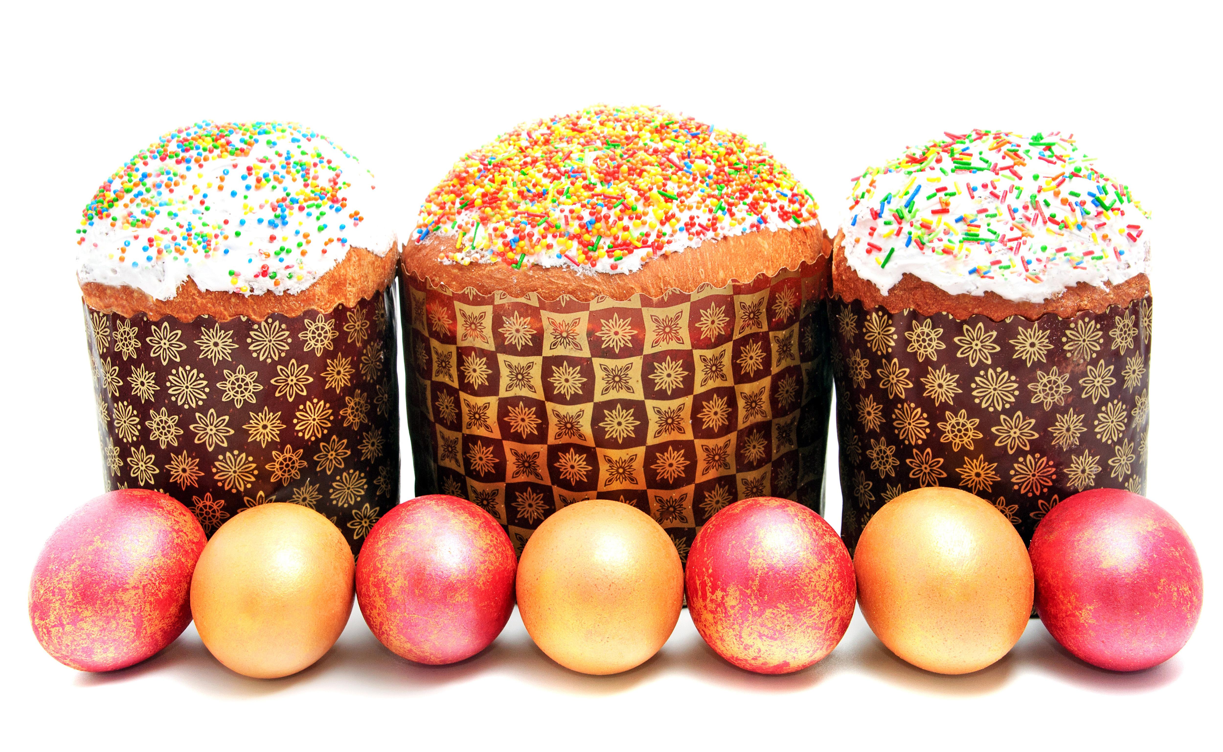 HDoboi.Kiev.ua - Три пасхальных кулича с крашеными яйцами на праздник Пасха