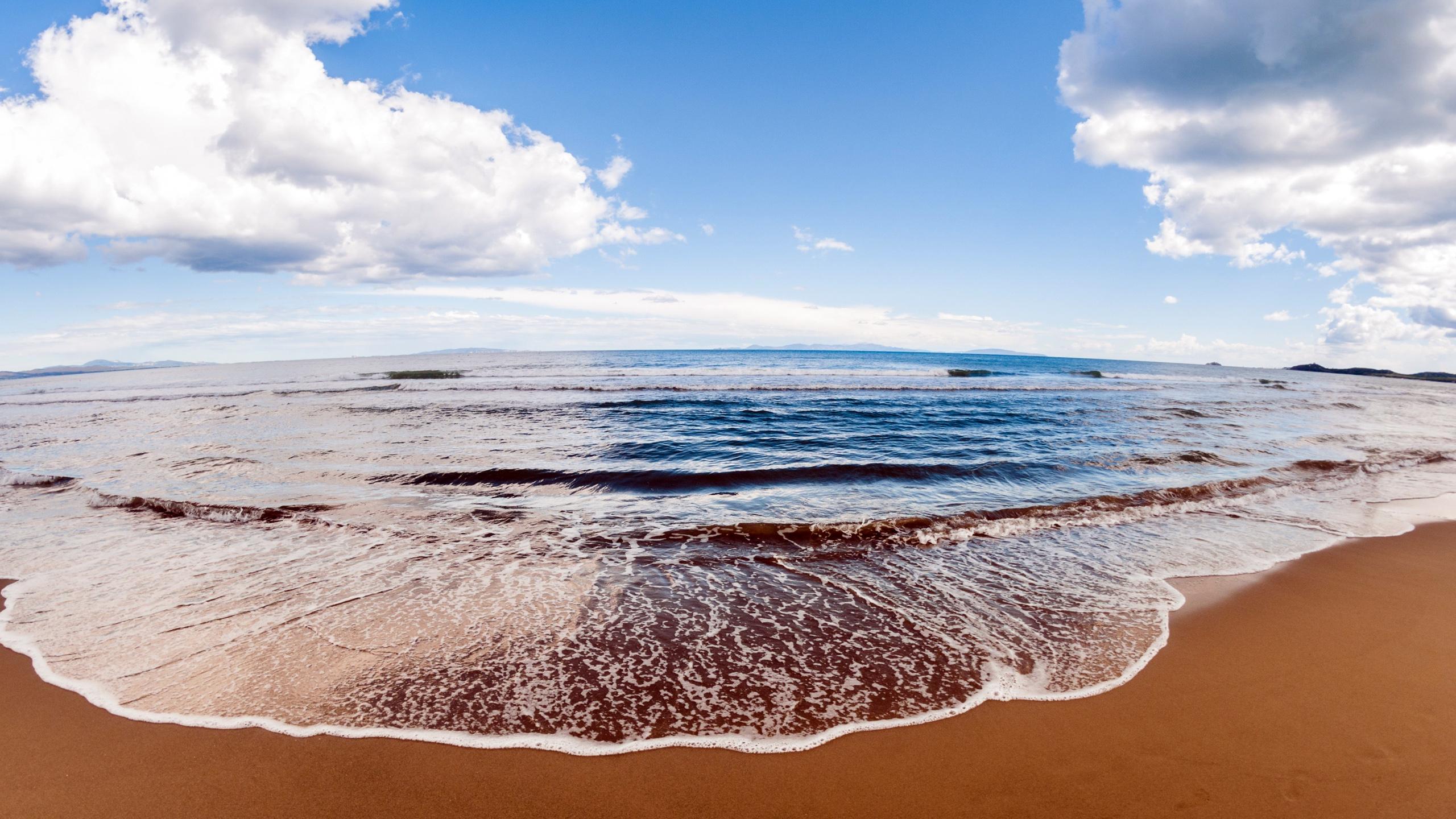 Картинки обои на рабочий стол море, воны, песок, облака, небо, 2560 на 1440 пикселей