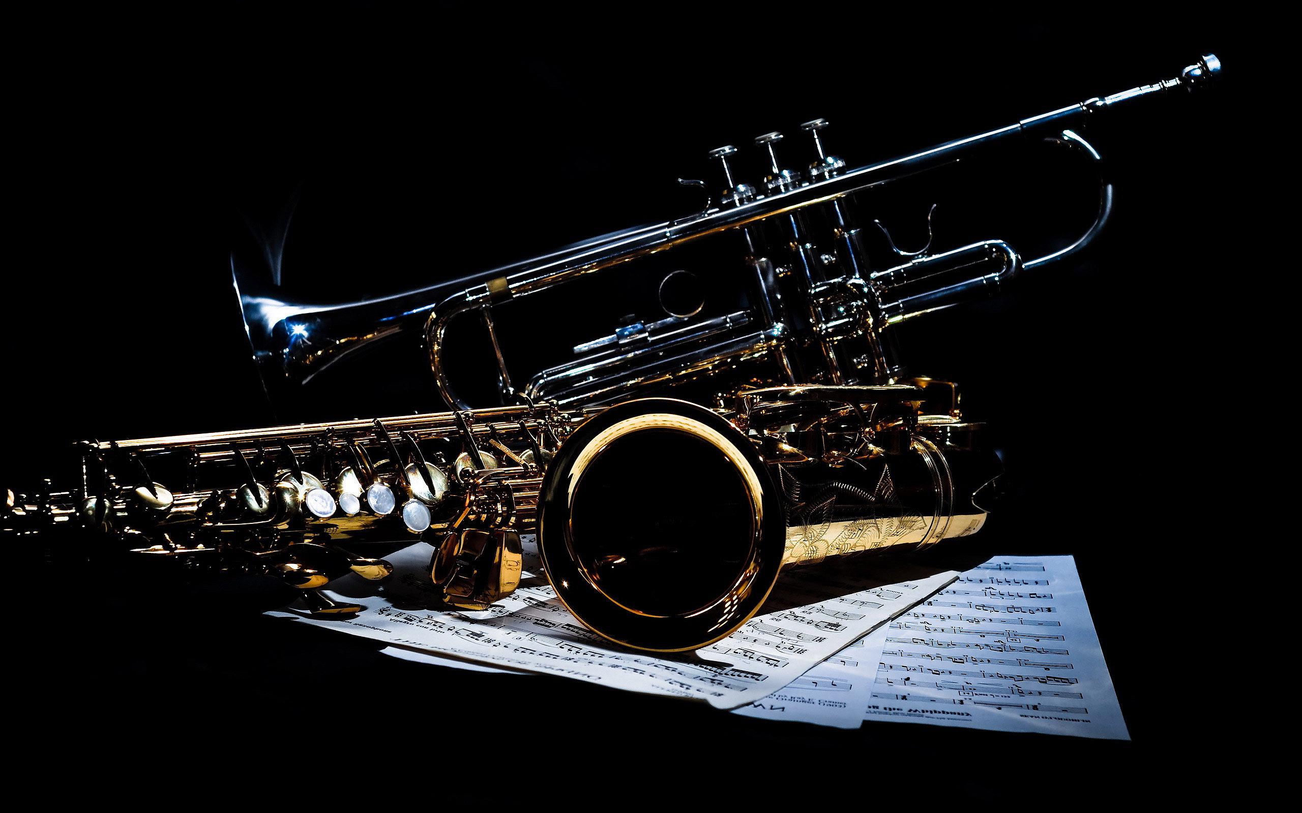 Саксофоны на черном фоне, музыка, 2560 на 1600 пикселей