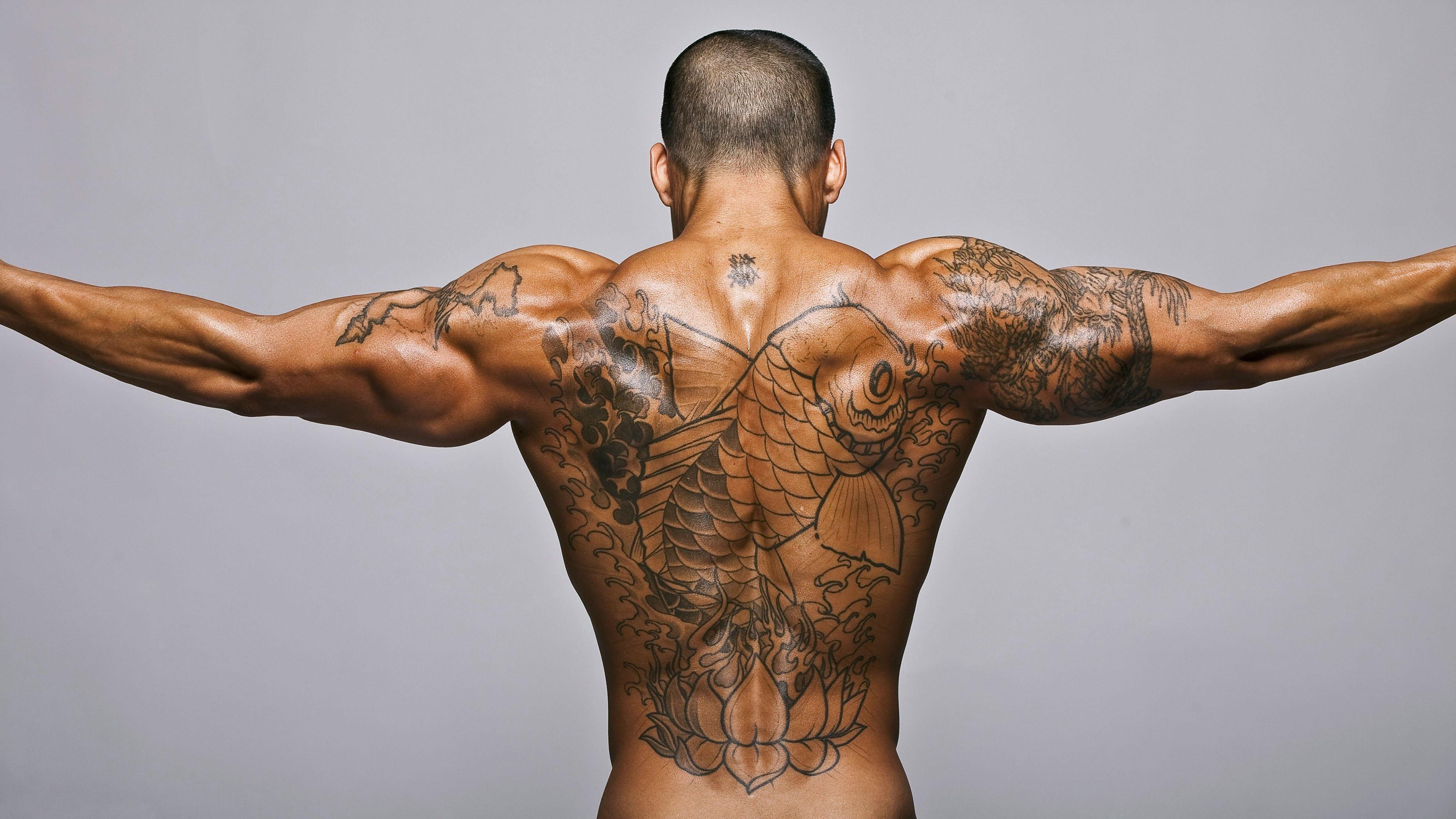 HDoboi.Kiev.ua - Татуировка рыбы на спине у накаченного мужчины, тату у парня