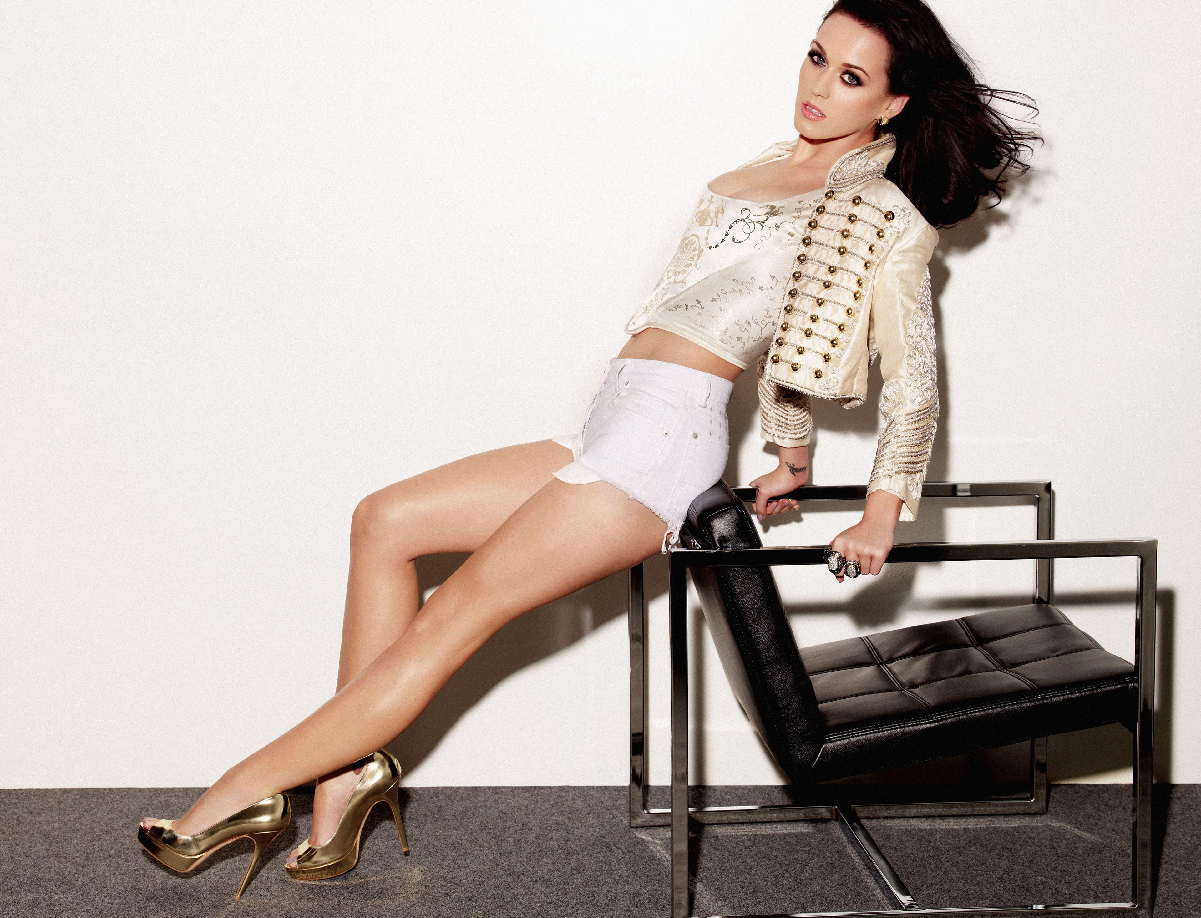 Певица Кэти Перри в белых коротких шортах, девушка брюнетка, 3840 на 2935 пикселей