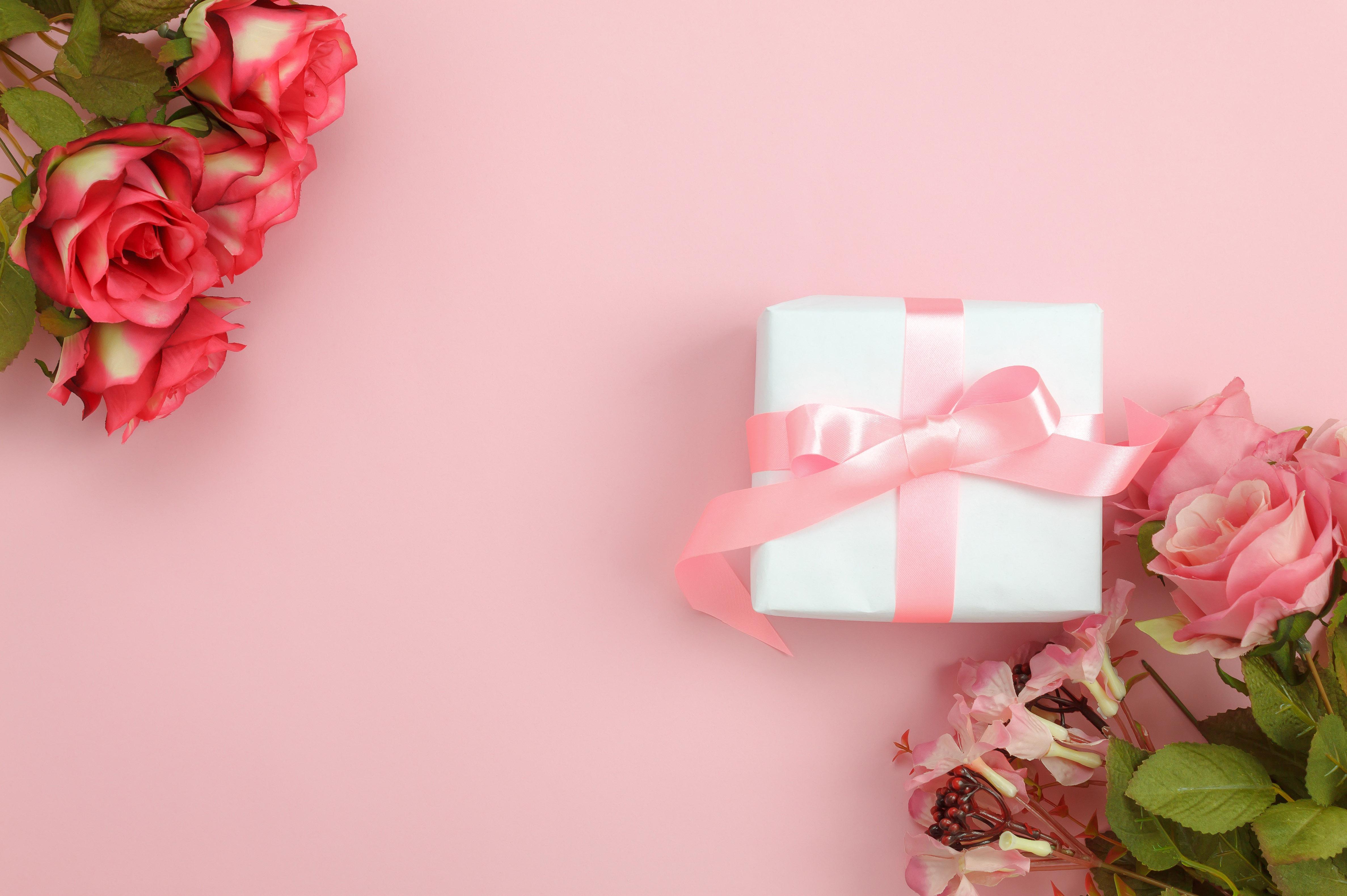 Розы с подарком на розовом фоне к 8 марта, 4750 на 3160 пикселей
