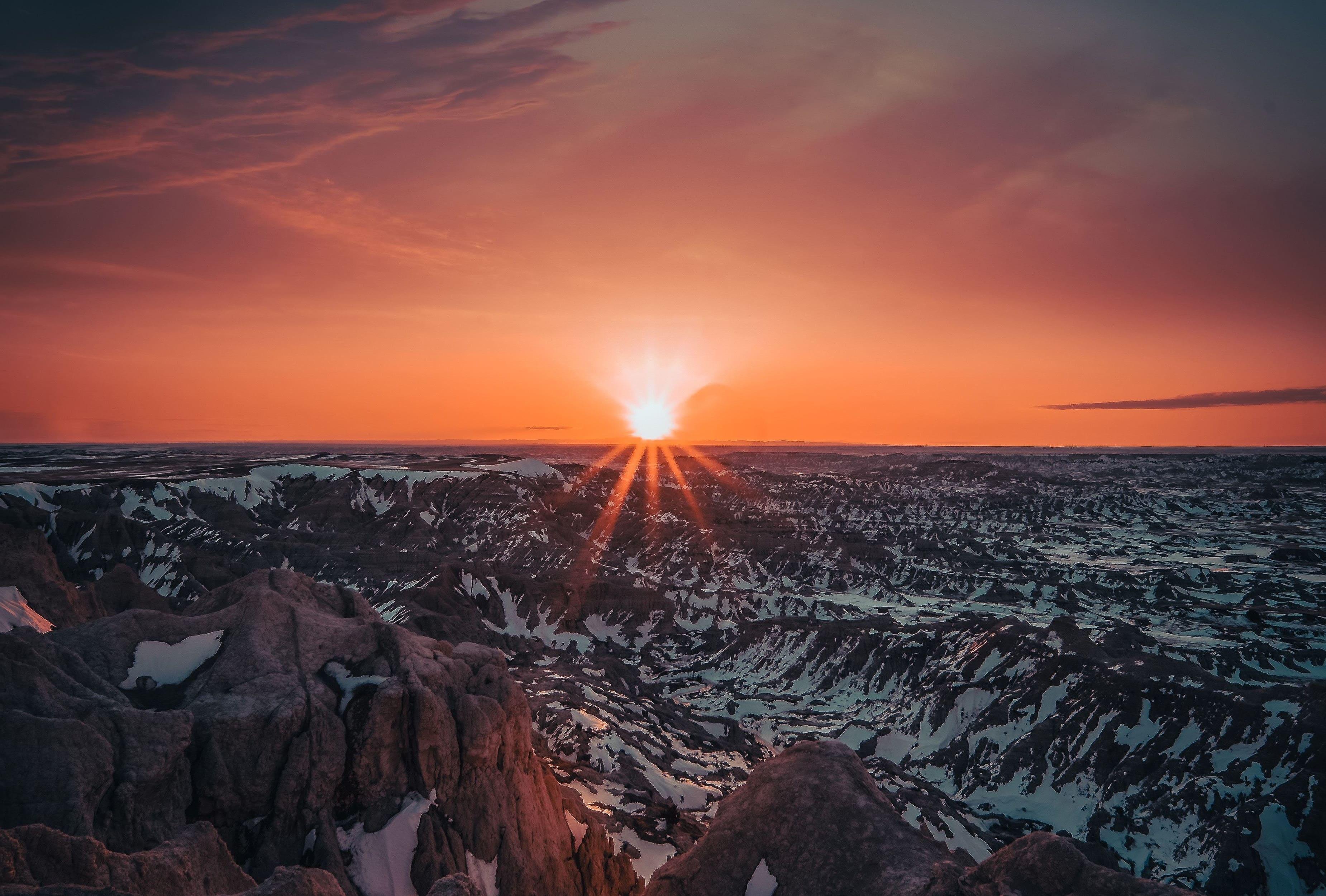 Красный закат солнца в горах, 3700 на 2500 пикселей
