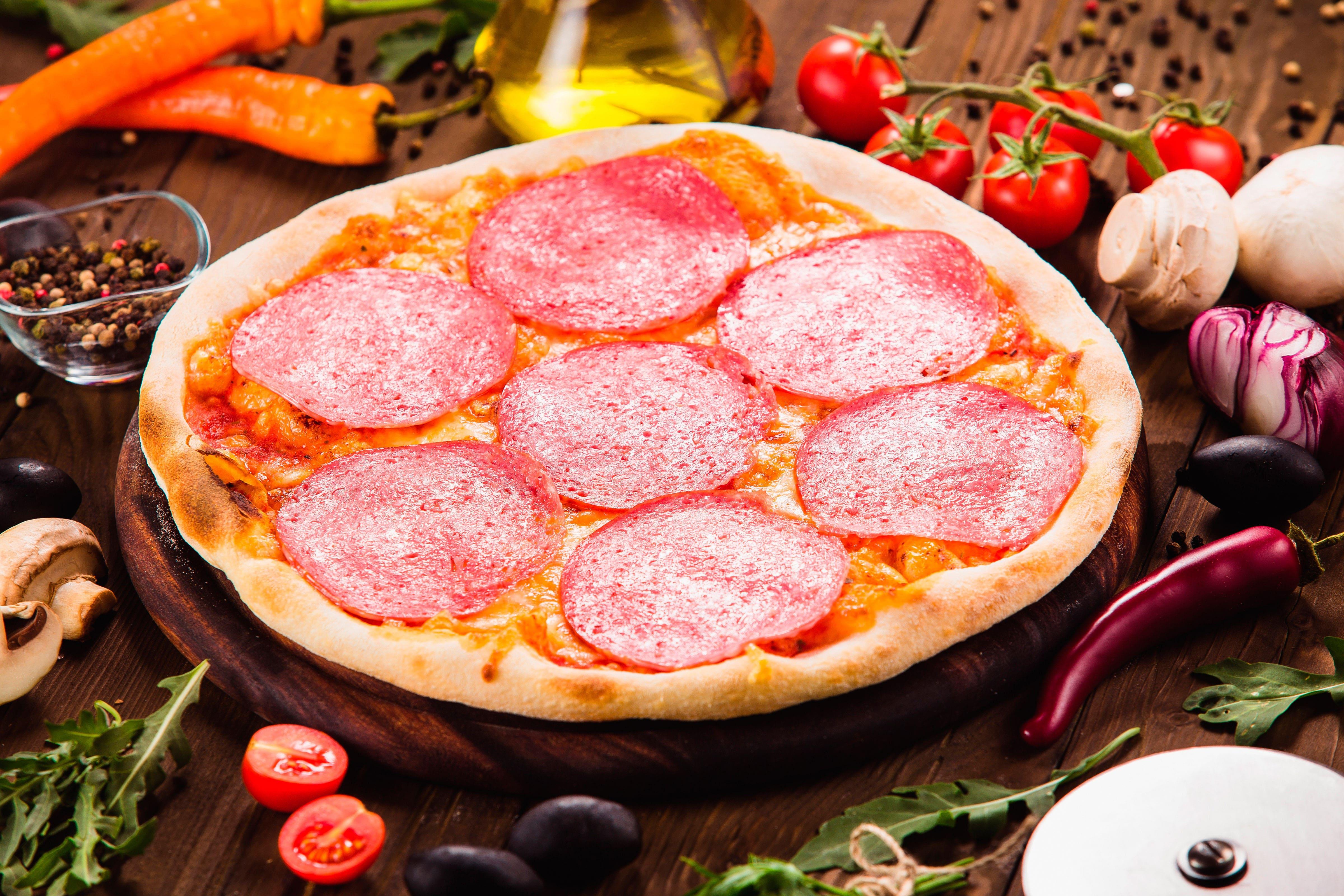 HDoboi.Kiev.ua - Пицца с салями и овощами, обои на айфон еда