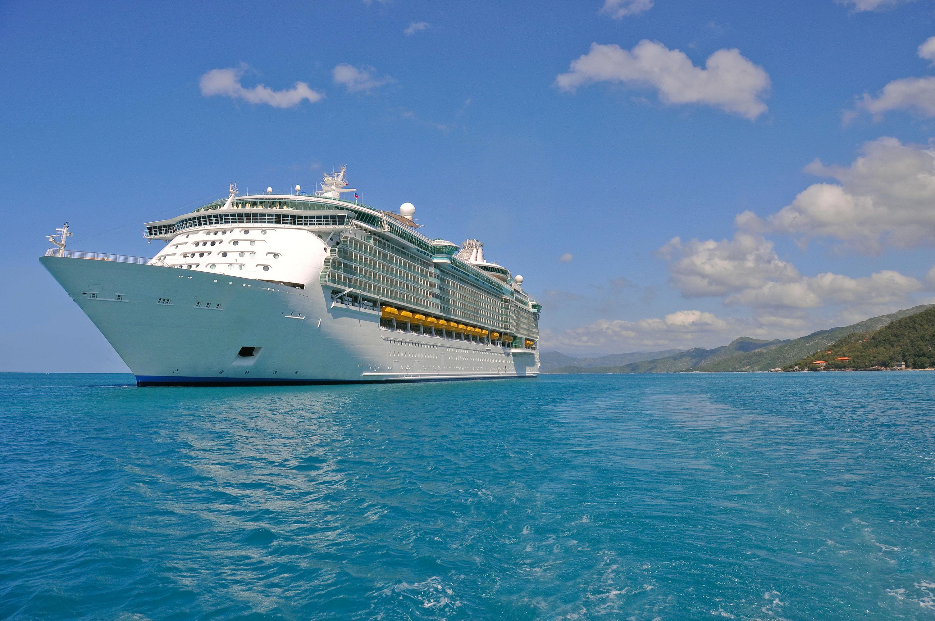 Круизный лайнер в море, корабль большой, 3010 на 2000 пикселей