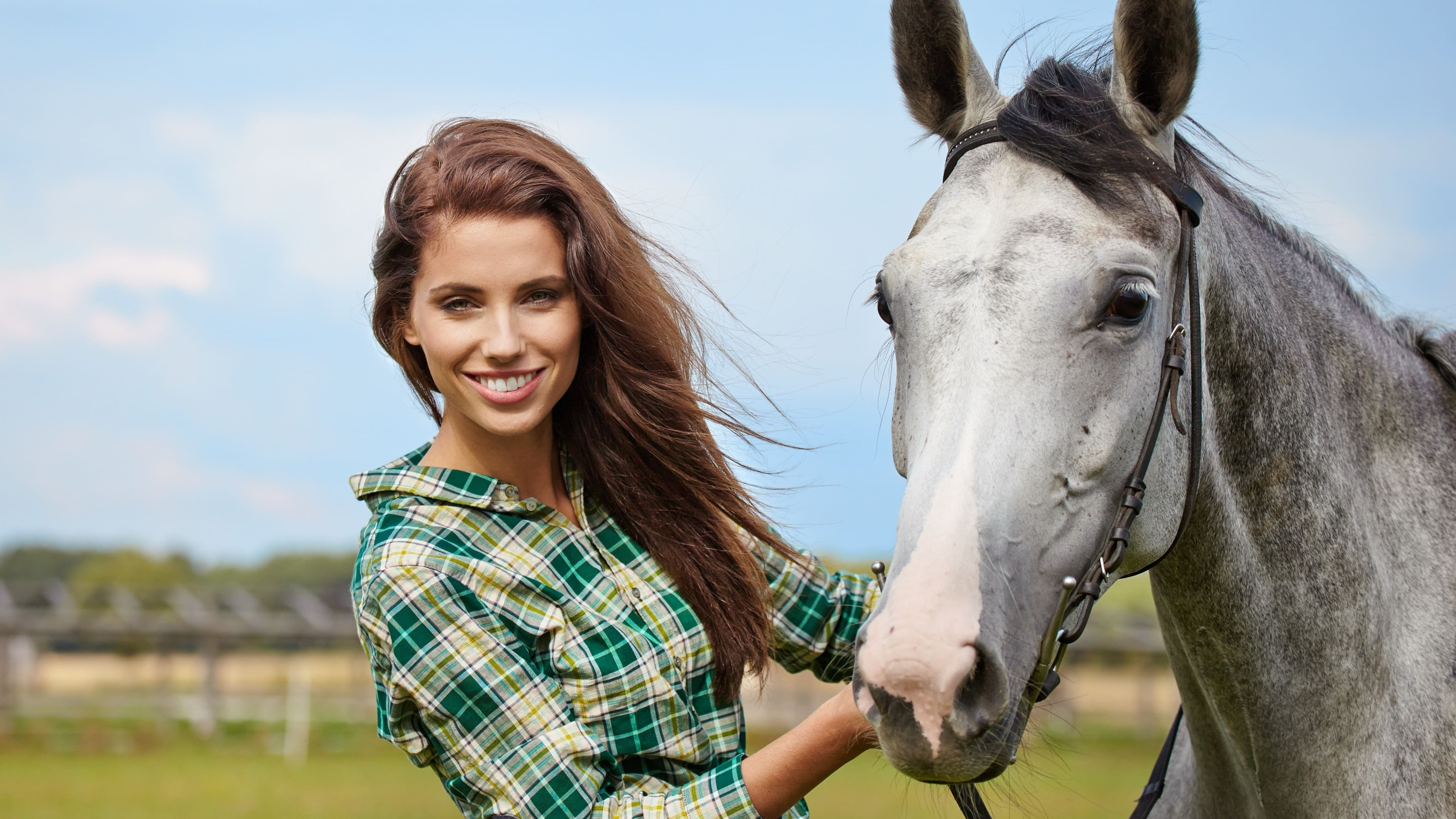 HDoboi.Kiev.ua - Красивая шатенка и лошадь, 4k обои на рабочий стол девушки
