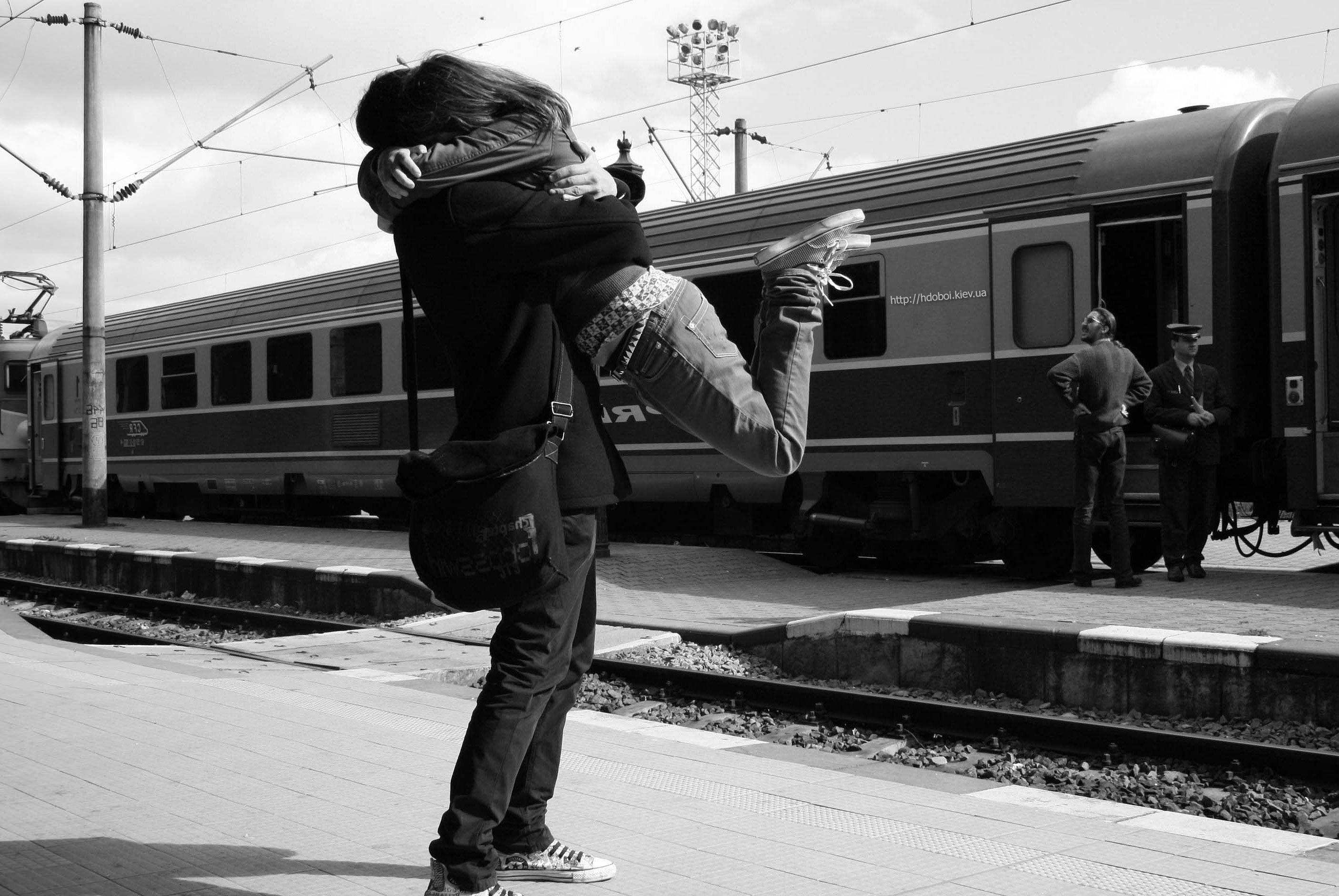 HDoboi.Kiev.ua - Парень и девушка на вокзале черно белое фото