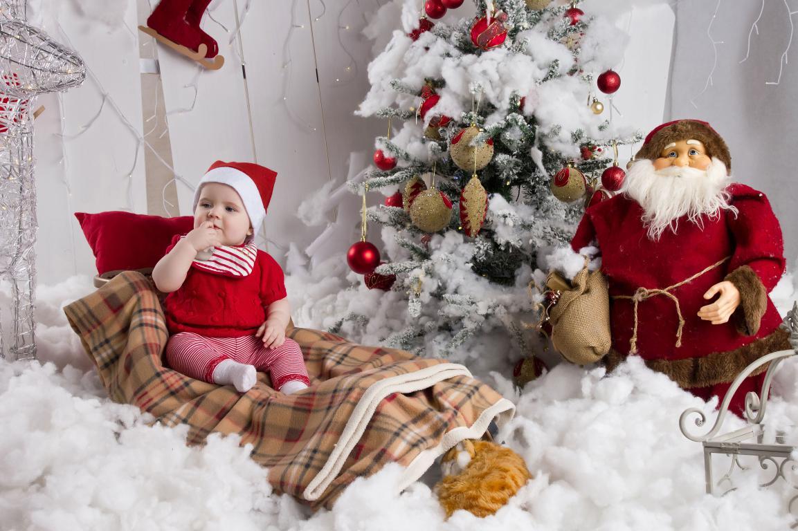 Игрушечный Дед мороз у елки, новогодние обои андроид, 4940 на 3290 пикселей