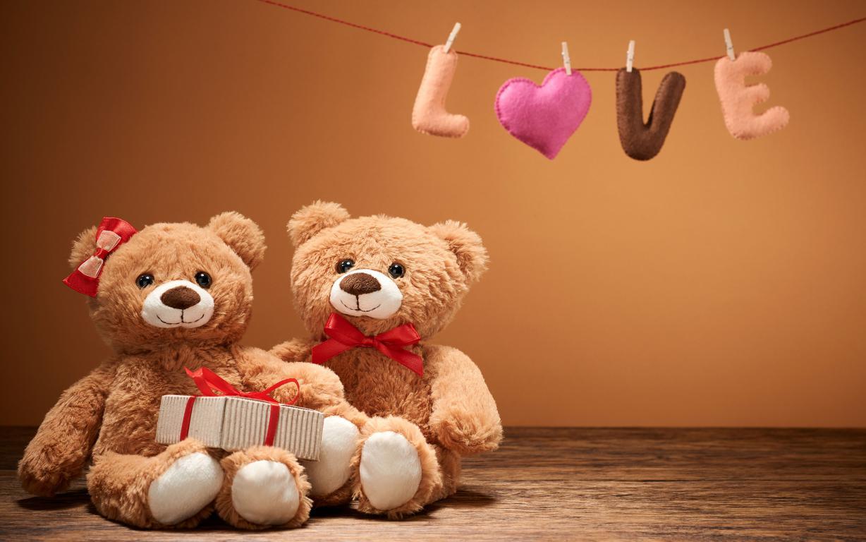Два плюшевых медведя с подарком на День святого Валентина, 5120 на 3200 пикселей