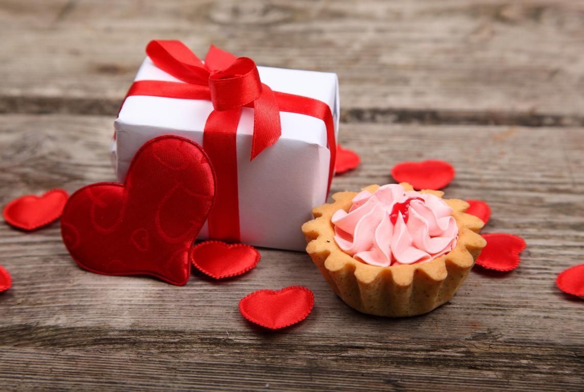 Пирожное и подарок на День Святого Валентина, 3805 на 2555 пикселей