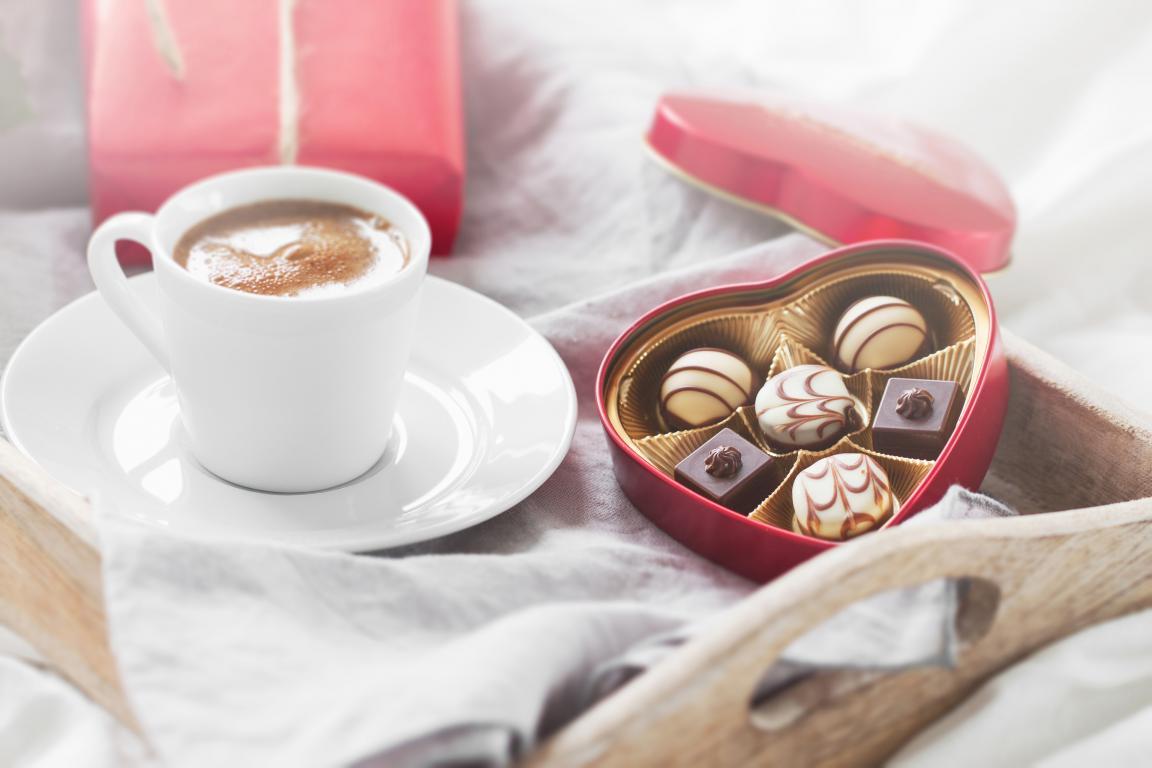 Коробка конфет и кофе на 14 февраля, 3840 на 2560 пикселей