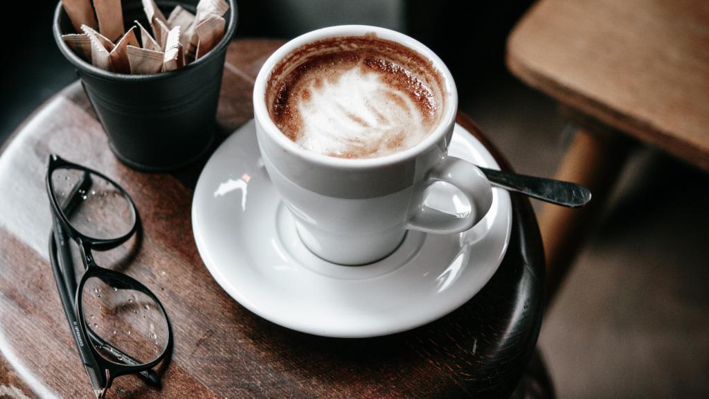 Чашка вкусного капучино на завтрак, обои на телефон андроид еда, 3840 на 2160 пикселей