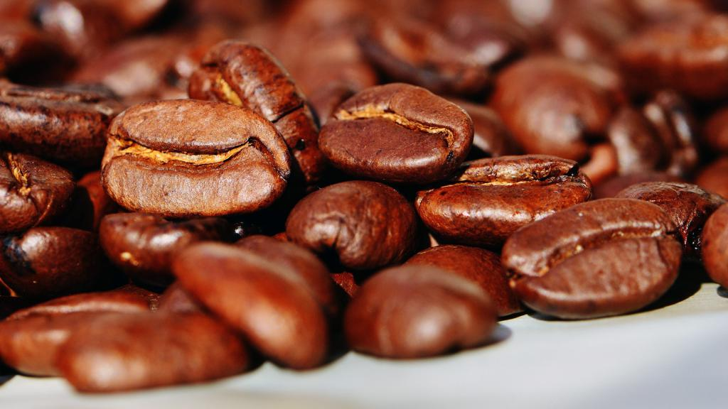 Кофейные жаренные зерна, картинки макро обои, macro wallpaper 720x1280, 2560 на 1440 пикселей