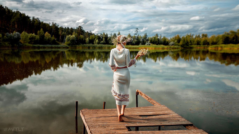 Девушка Алёна Цуркан с венком в хорошем настроении, 2560 на 1440 пикселей