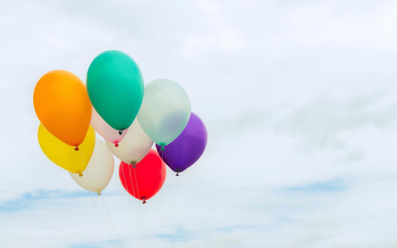 Разноцветные воздушные шарики в небе, лето, счастья, 2880 на 1800 пикселей
