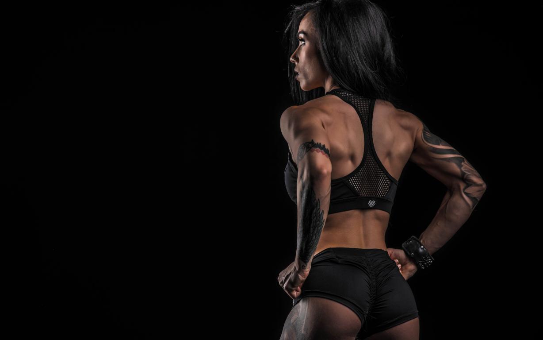 Спортивная девушка брюнетка с татуировками, черный фон, фитнес герл, 2560 на 1600 пикселей