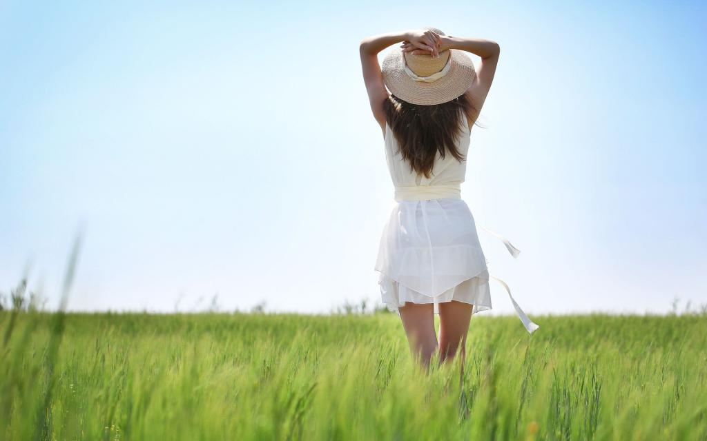 Девушка брюнетка в поле одетаяв белоеплатье, 1920 на 1200 пикселей