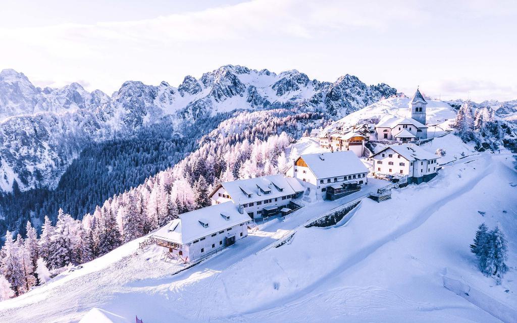 Зимние горы обои рабочий стол, заснеженный склон, домики, лес, 2560 на 1600 пикселей