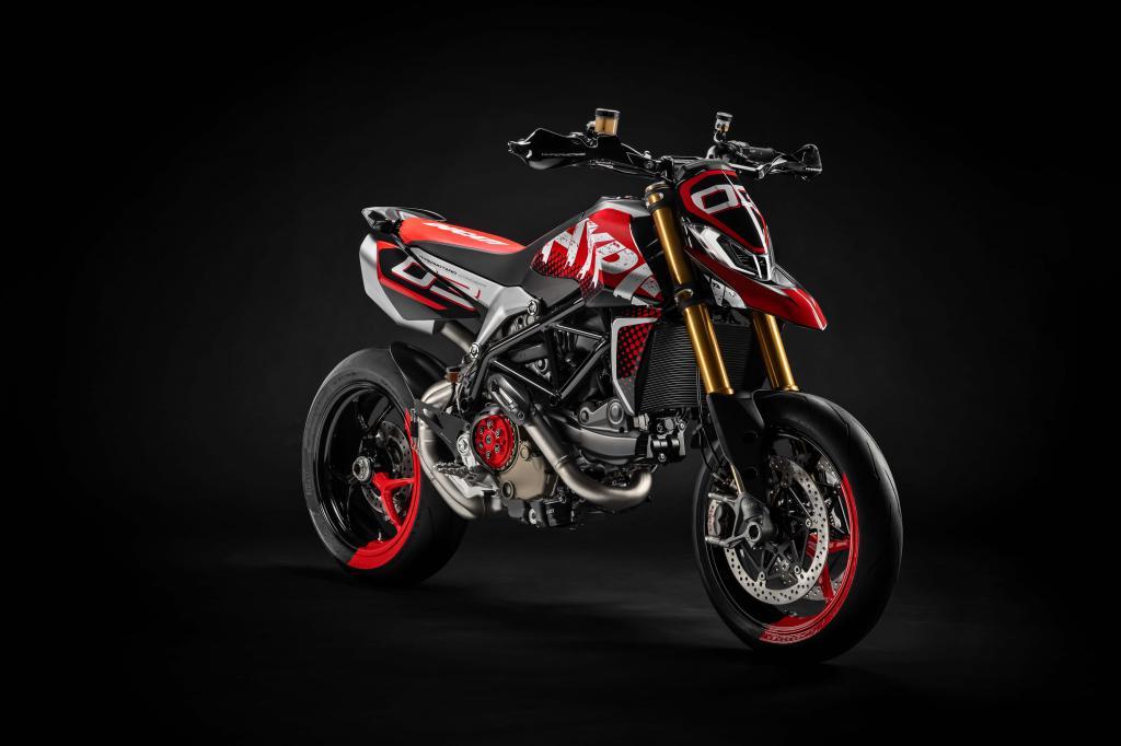 Ducati Hypermotard 950 на черном фоне, заставка HD ultra 5k, 5473 на 3648 пикселей