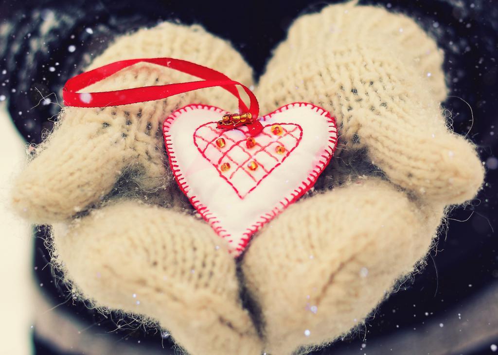 Сердечко в рукавичках наДень Святого Валентина, 2480 на 1772 пикселей