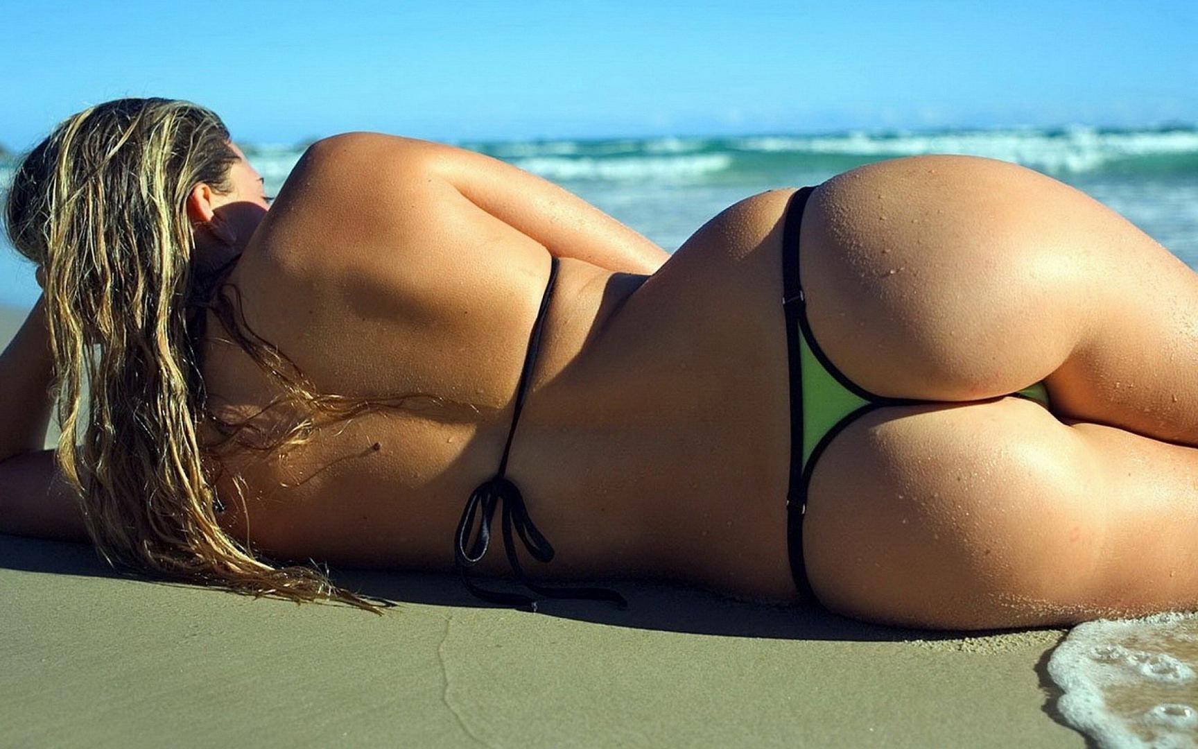 Красивая девушка с сексуальной попой на пляже, 2560 на 1600 пикселей