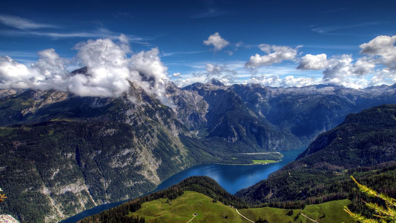 Огромная синяя река в горных ландшафтах, 3840 на 2160 пикселей