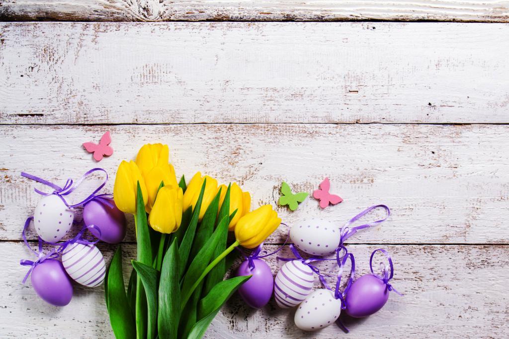 Пасхальные яйца и желтые тюльпаны на Пасху 2020, 2560 на 1706 пикселей