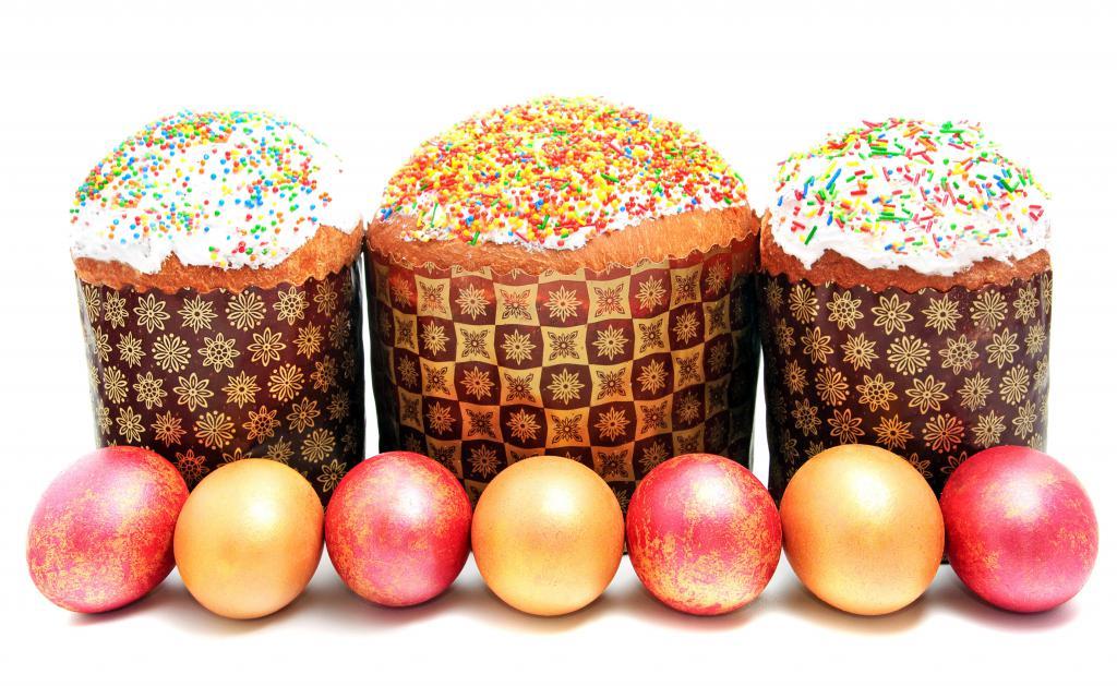 Три пасхальных кулича с крашеными яйцами на праздник Пасха, 5000 на 3075 пикселей