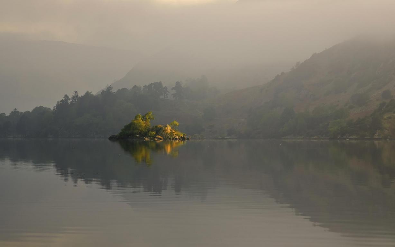 Маленький островок в озере среди гор, туман, 2560 на 1600 пикселей