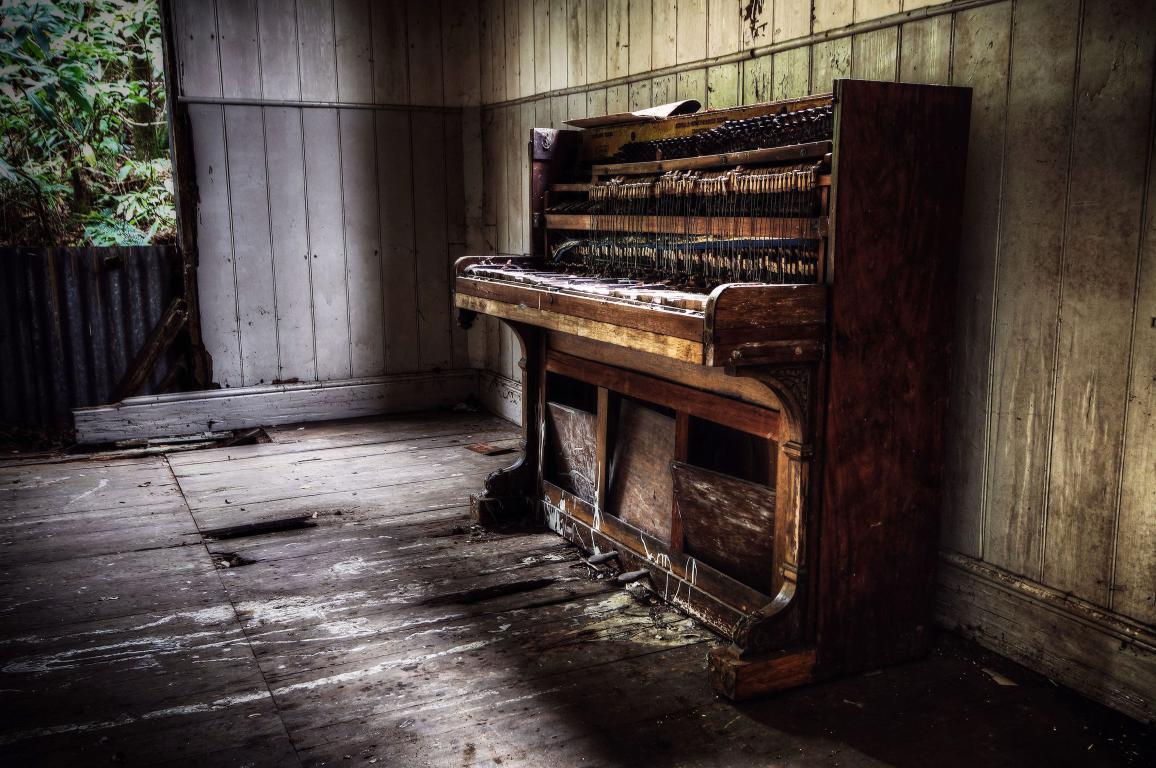 Старое пианино в заброшенном доме, музыка, антиквариат, 3540 на 2350 пикселей