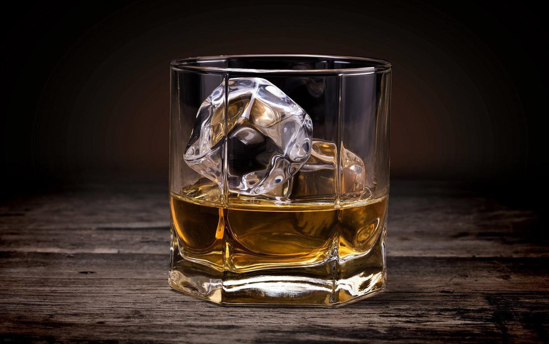 Виски со льдом, крепкий спиртной напиток, 1920 на 1200 пикселей