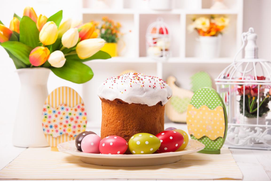 Пасхальный пирог с яйцами и букетом цветов на столе, 5615 на 3740 пикселей