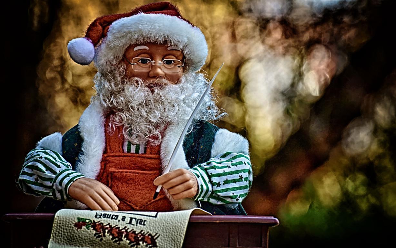 Игрушечный Дед Мороз в очках, 2560 на 1600 пикселей