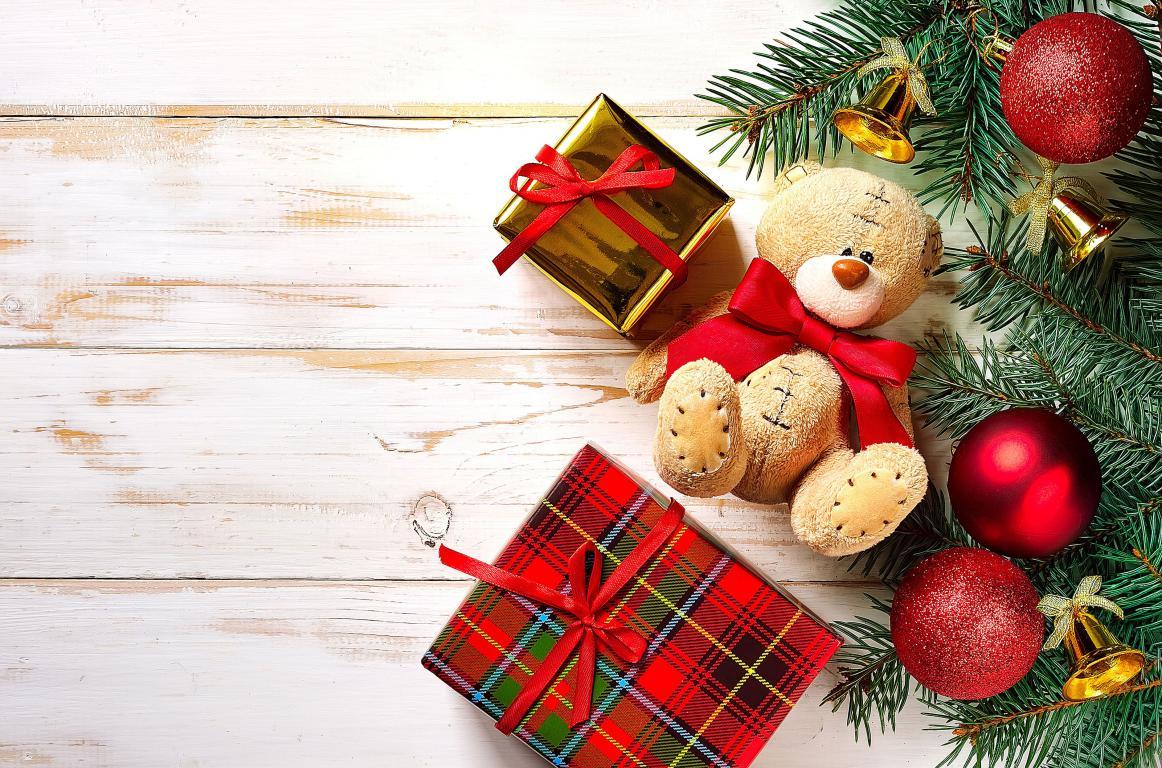 Плюшевый мишка с подарками и игрушками на Новый Год 2020, 3770 на 2490 пикселей