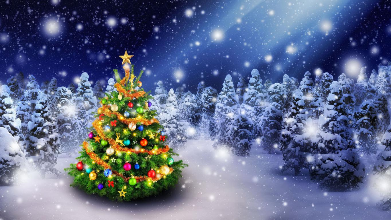Наряженная новогодняя елка в зимнем лесу 5k uhd, 5120 на 2880 пикселей