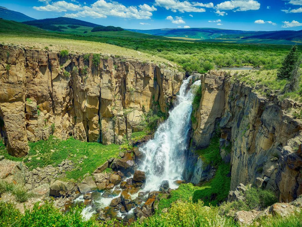 Прозрачная вода водопада стекает со скал, 3840 на 2880 пикселей
