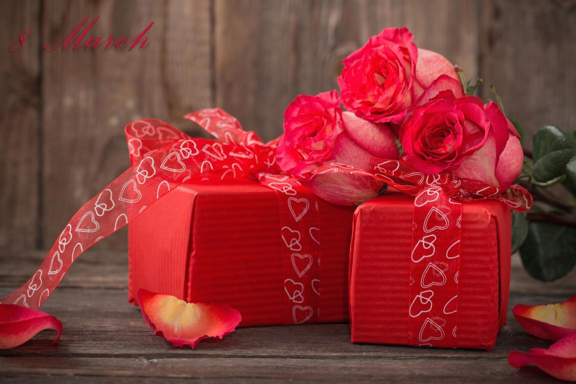Красные розы и подарки для любимой на 8 марта, 3840 на 2560 пикселей