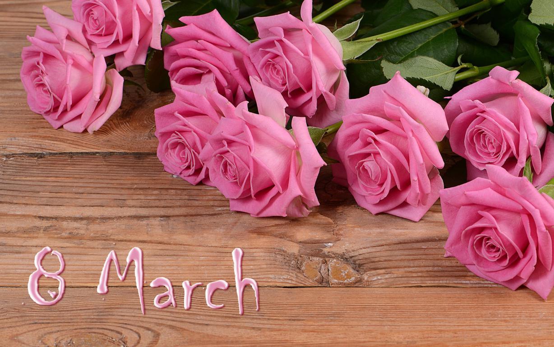 Большой букет розовых роз на деревянном фоне к 8 марту, 1920 на 1200 пикселей