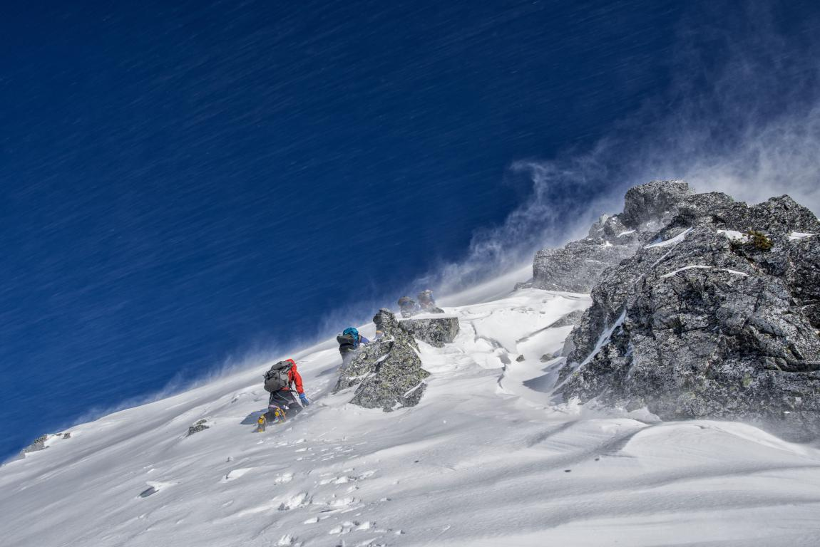 Альпинисты взбираются на крутую снежную гору, зима, 5000 на 3337 пикселей