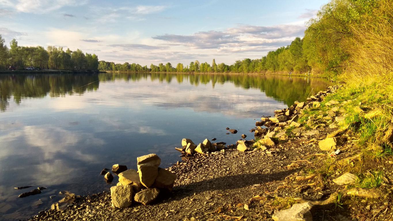 Каменистый берег у озера, природа, вода, камни, 4160 на 2340 пикселей